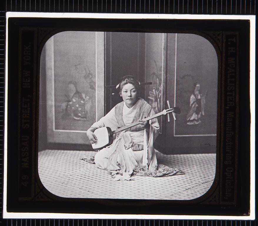 作品画像:三味線を弾く女性(幻燈原板)