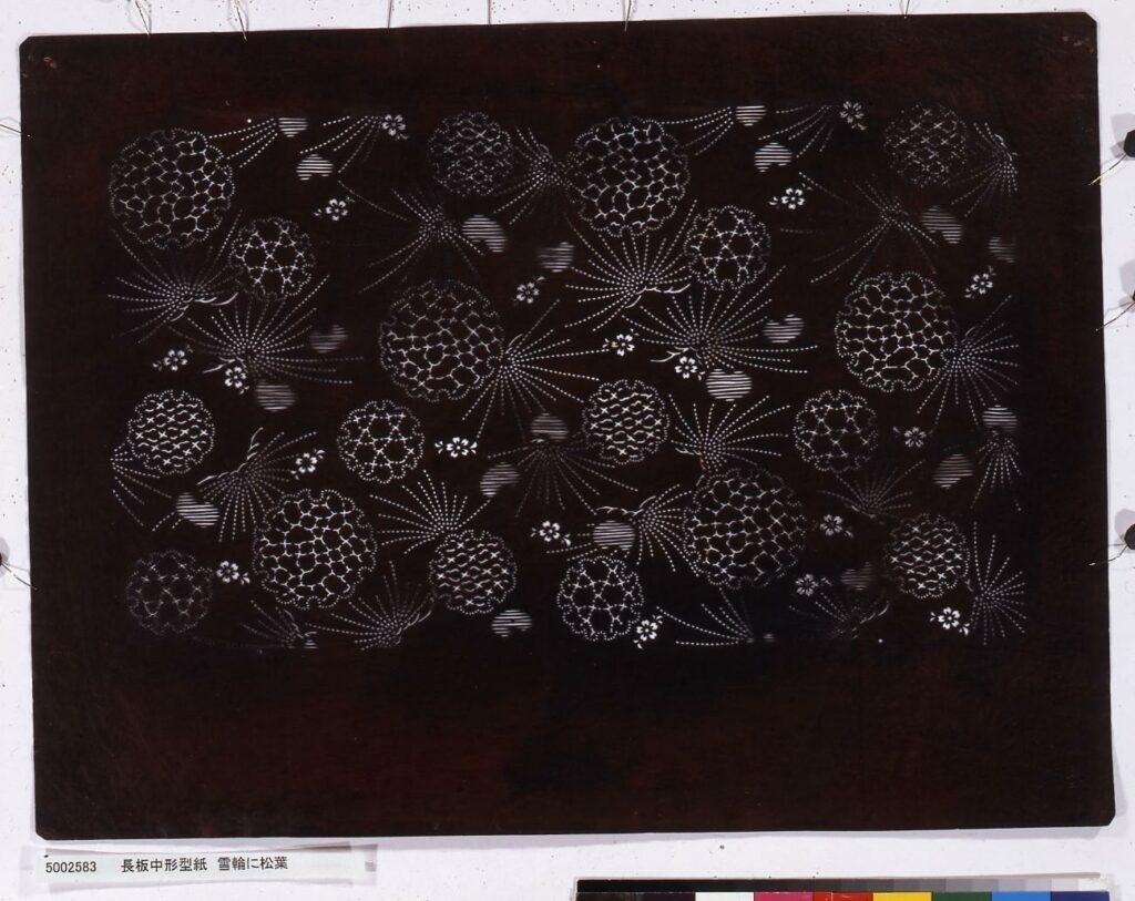 作品画像:長板中形型紙 雪輪に松葉
