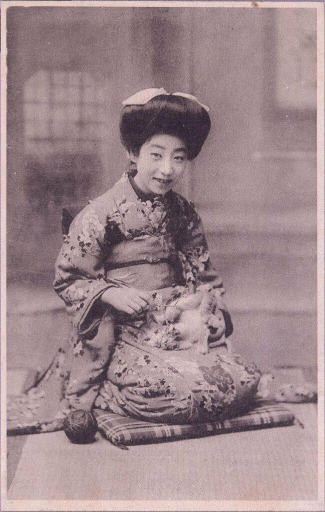 作品画像:猫と遊ぶ和装女性