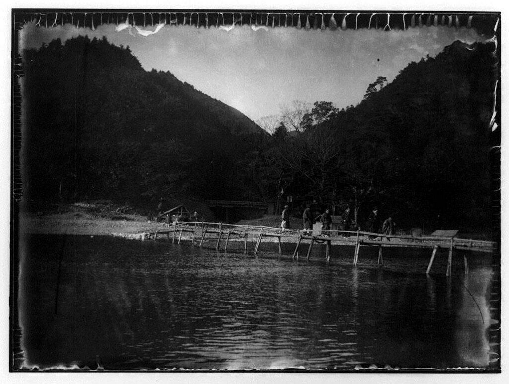 作品画像:江州永源寺橋を渡る人々