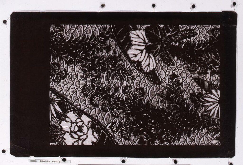 作品画像:長板中形型紙 青海波に花