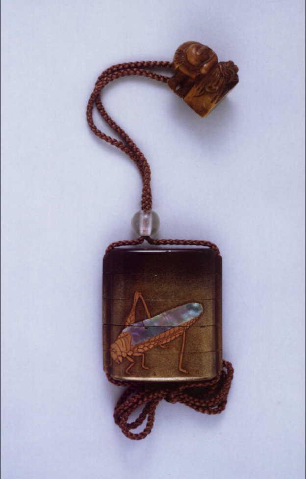 作品画像:昆虫蒔絵螺鈿印籠 付 足軽木彫根付