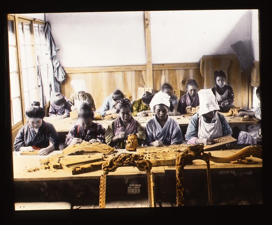 木彫をする女性たち