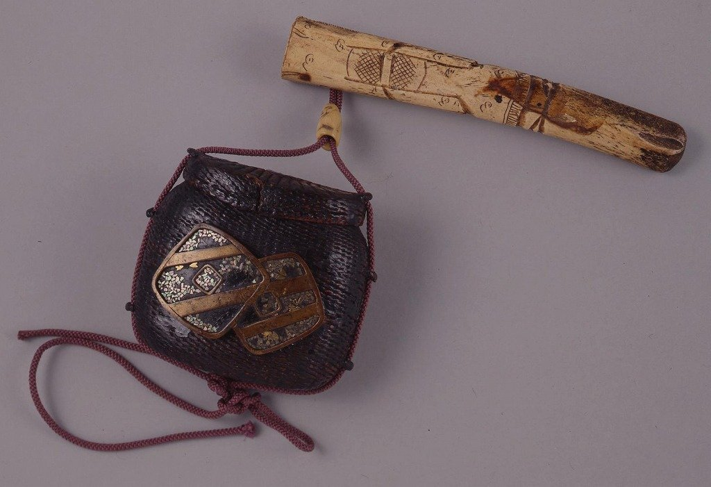 作品画像:紙縒細工黒漆塗魚籠型螺鈿とんこつ腰差したばこ入れ