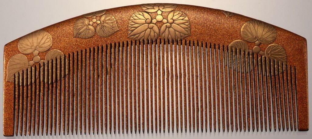 作品画像:木台尻合わせ三つ葵紋散蒔絵櫛