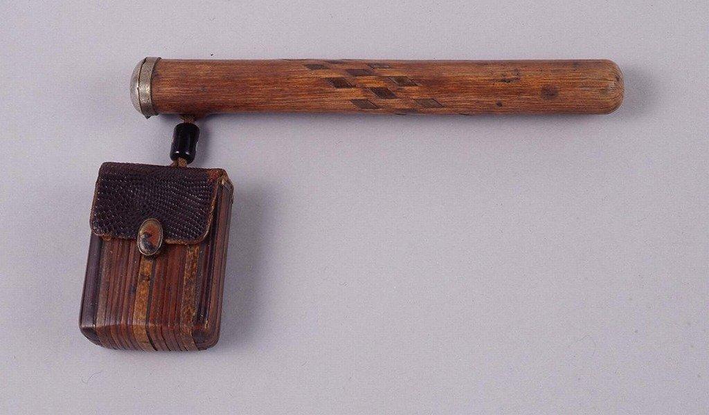 作品画像:鮫革に竹製胴乱型腰差したばこ入れ