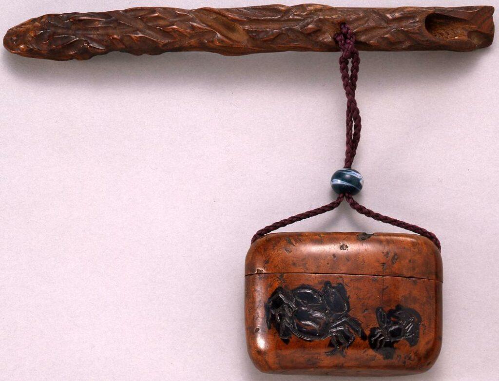 作品画像:蟹彫とんこつ腰差したばこ入れ