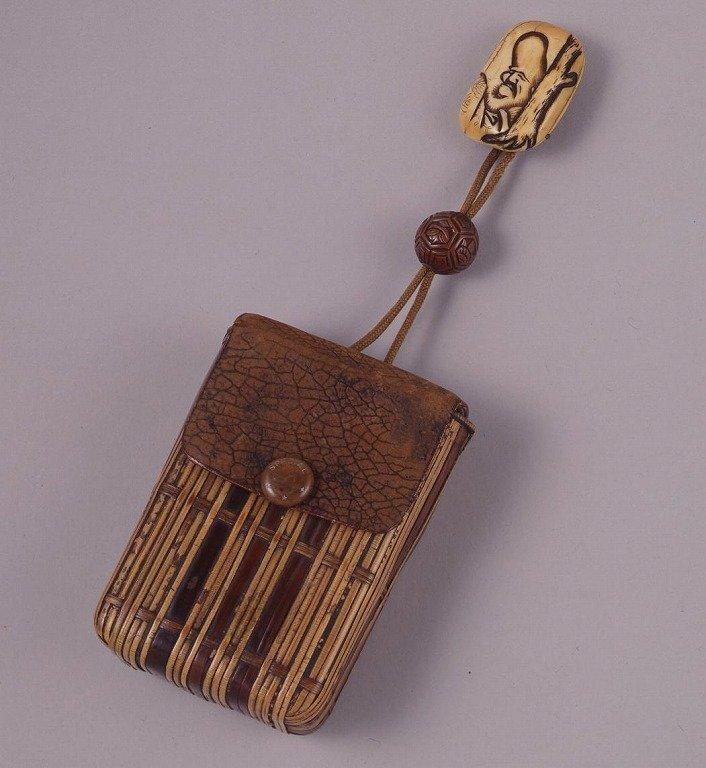 作品画像:革に竹製胴乱型一つ提げたばこ入れ