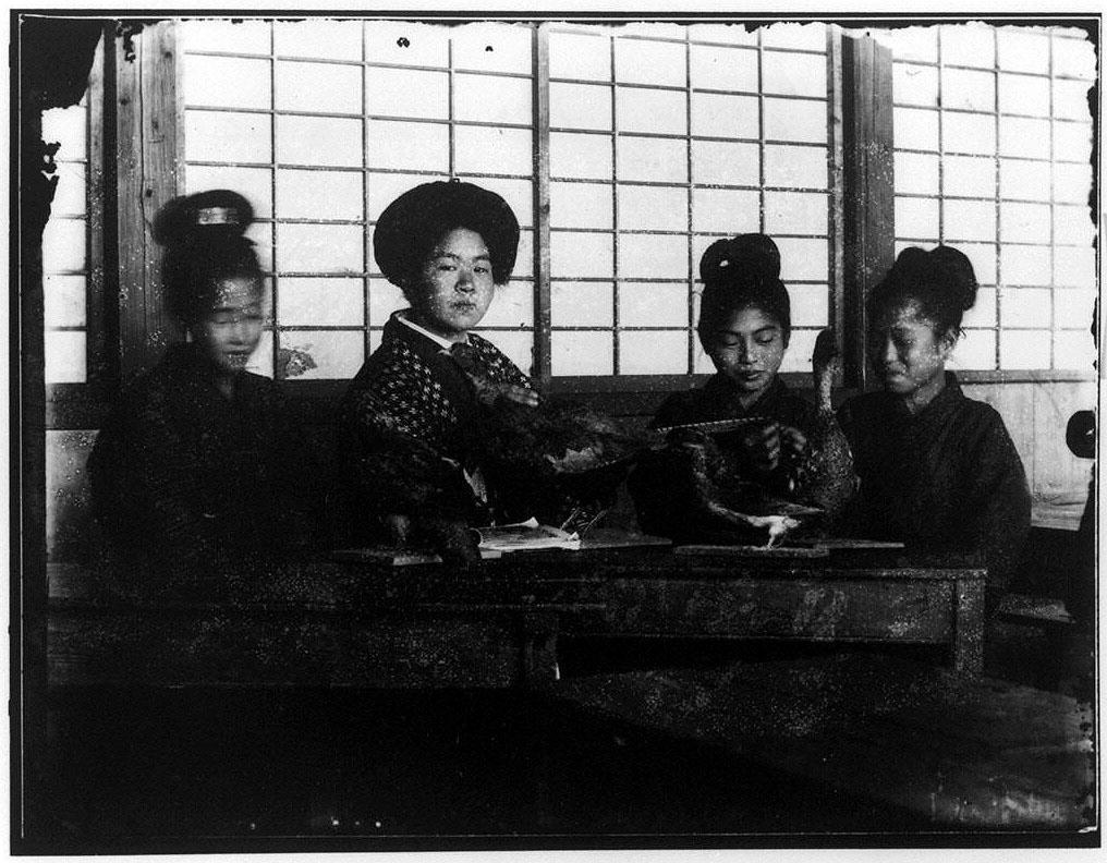 作品画像:4人の少女と鳥の剥製