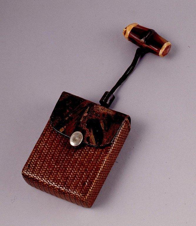 作品画像:金唐革かぶせ籐製一つ提げたばこ入れ