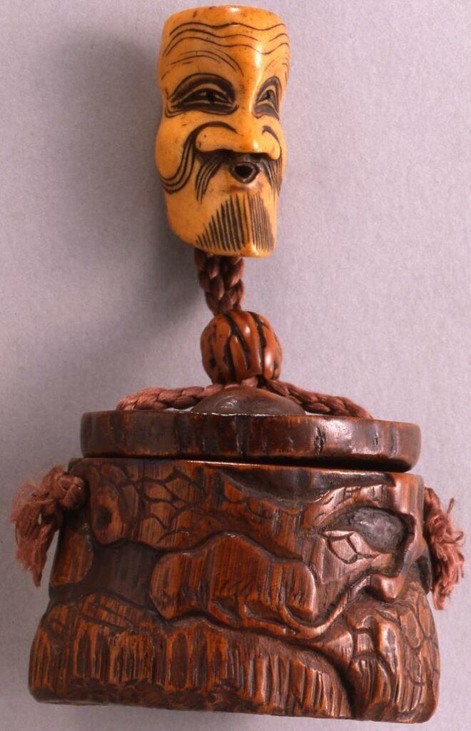 作品画像:松下人物彫とんこつ一つ提げたばこ入れ