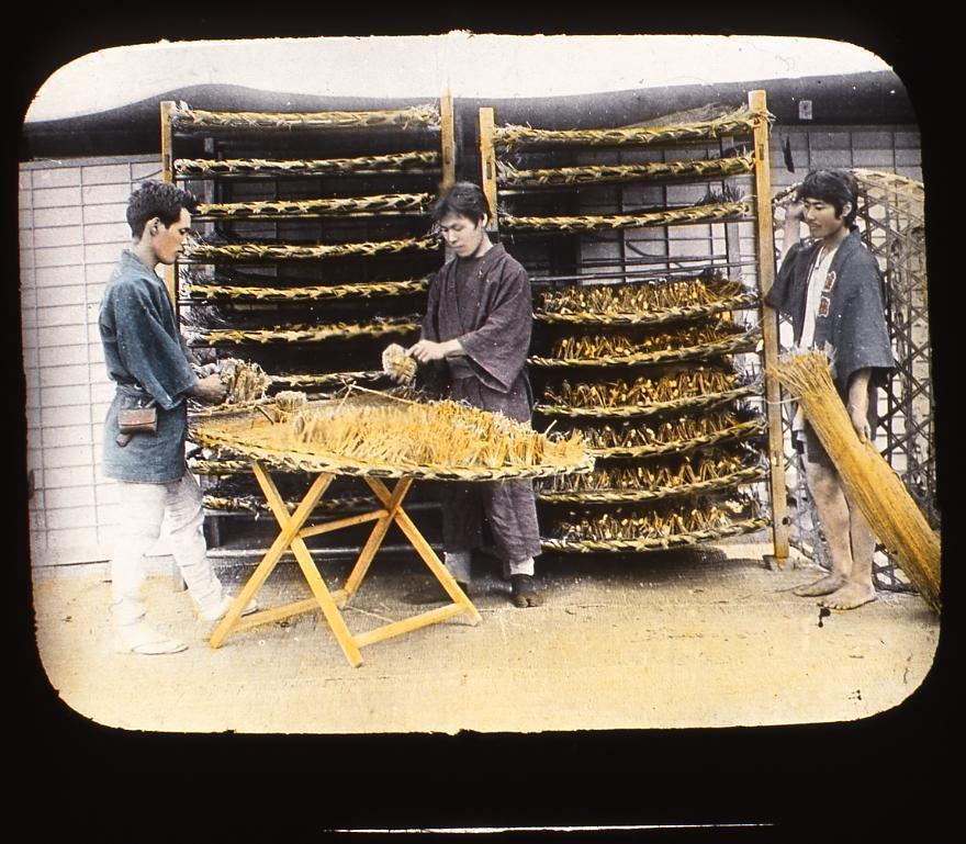 作品画像:養蚕をする男性たち
