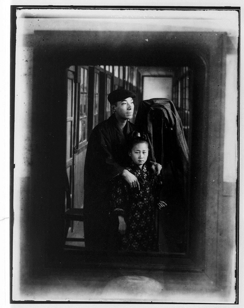 作品画像:写真機の前の男性と少女