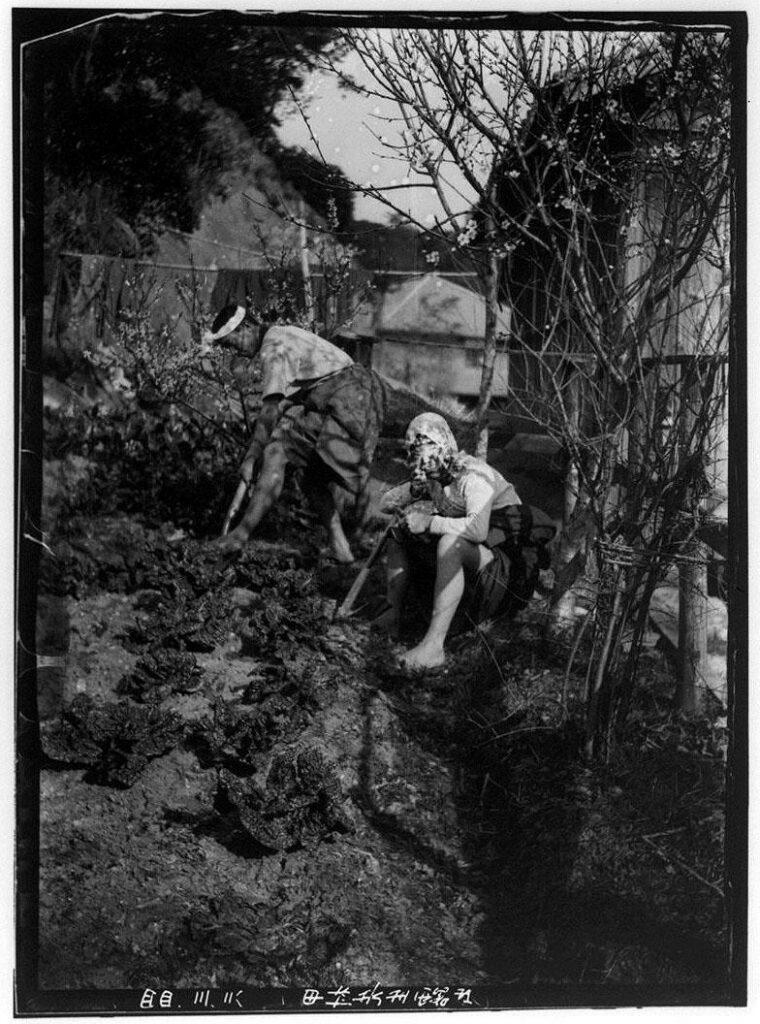 作品画像:スコップで土を掘る2人の男性