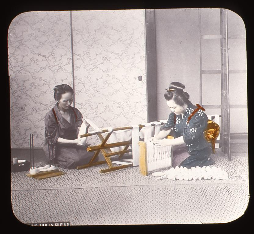 作品画像:絹糸をまとめる女性たち