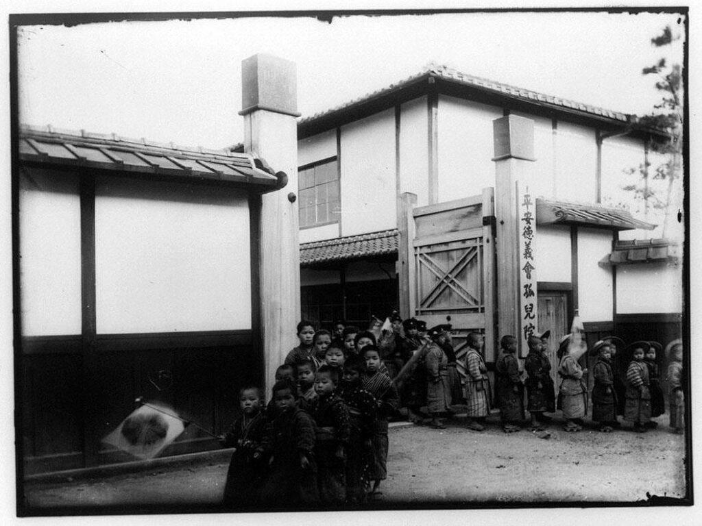 作品画像:平安徳義会孤児院門前に並ぶ子供たち