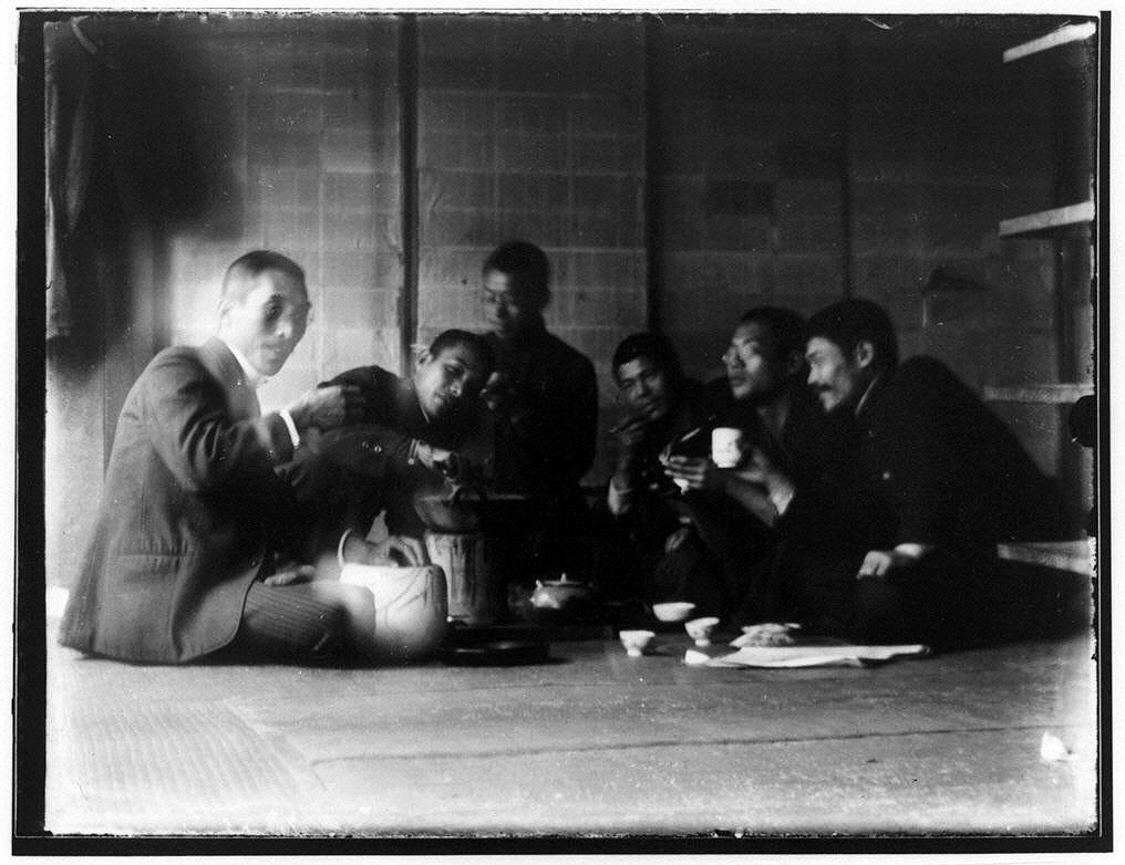 作品画像:飲食をする男性たち