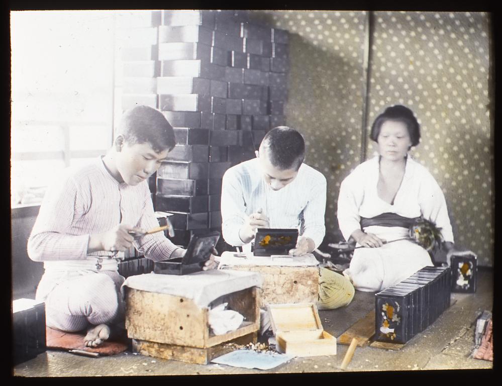 作品画像:小箱を作る職人たち