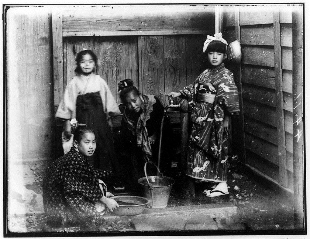 作品画像:水道で水をくむ4人の少女