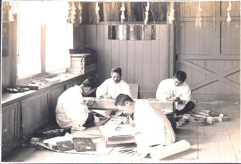 作品画像:築地工芸学校で教授する野原貞明/府川一則(三代)と門弟知人