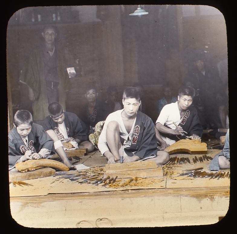 作品画像:木彫をする職人たち