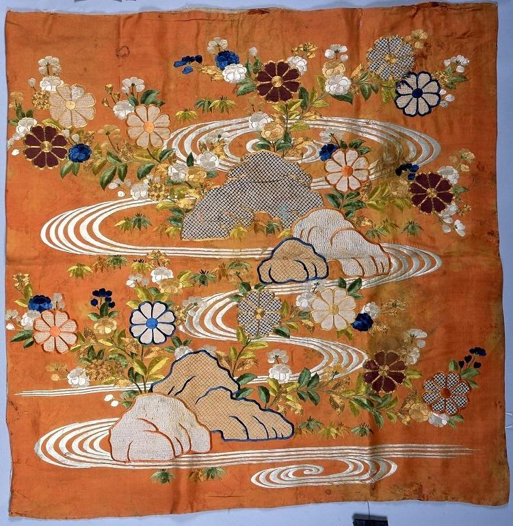 作品画像:紅平絹地流水菊模様打敷