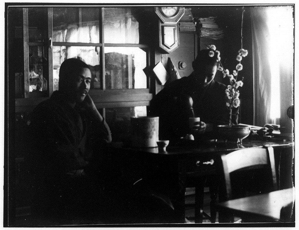 作品画像:お茶を飲む2人の男性